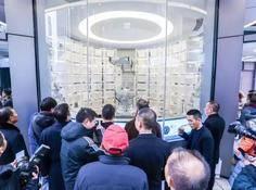 华为首个智能无人店武汉开业,大块头机械臂24小时卖手机