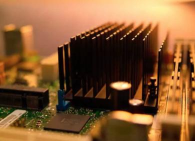 晶体管逐渐变小,Dennard定律比摩尔定律更值得关注,散热和功耗推动芯片专业化