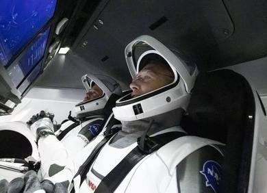 SpaceX载人龙飞船成功返航,马斯克:当太空旅行变得普遍,文明的未来将得到保证